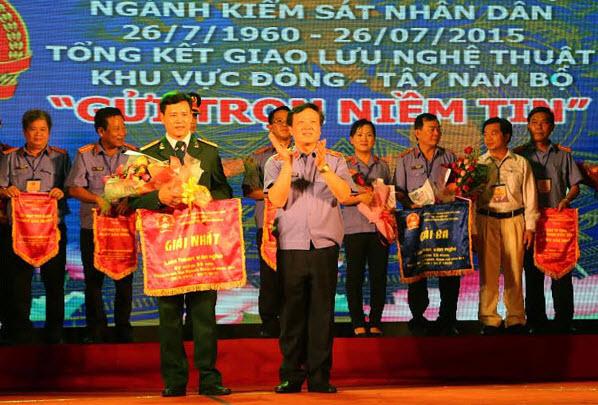 Viện trưởng Viện Kiểm sát nhân dân tối cao Nguyễn Hòa Bình trao giải nhất toàn đoàn cho Viện Kiểm sát quân sự Quân khu 9