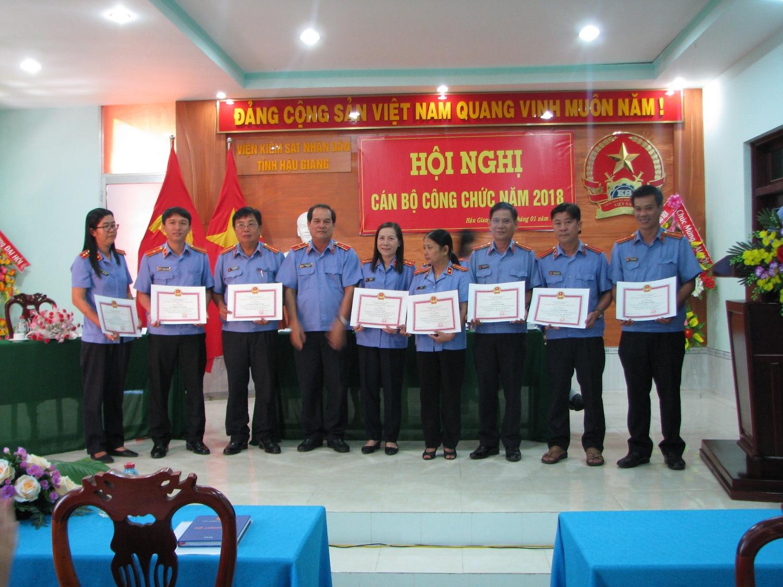 Đ/c Trần Quang Khải - Viện trưởng VKSND tỉnh trao giấy khen cho các đồng chí có thành tích xuất sắc trong thi đua thực hiện Nghị quyết CBCC năm 2017