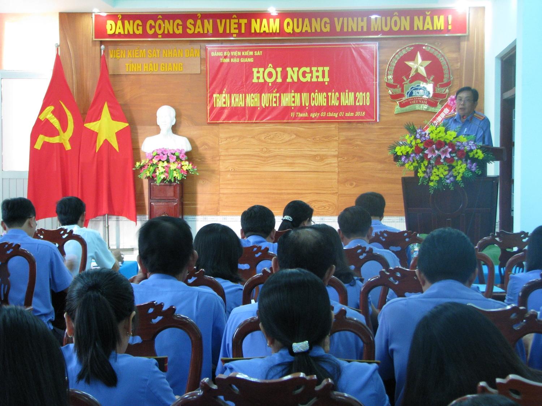 Đ/c Nguyễn Thành Trung - Phó bí thư Đảng ủy trình bày báo cáo kết quả thực hiện Nghị quyết năm 2017 và triển khai nhiệm vụ công tác năm 2018