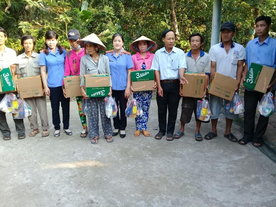 Viện trưởng Viện KSND huyện Long Mỹ tặng quà cho Hộ gia đình nghèo tại xã Xà Phiên, huyện Long Mỹ